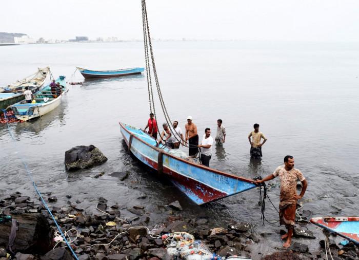 حراسات ميناء قنا الإخواني تصادر قوارب الصيادين