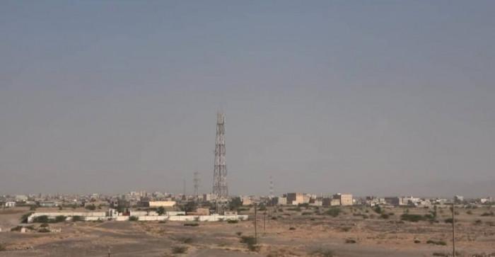 """مليشيا الحوثي تهاجم مواقع سكنية في حيس و""""المشتركة"""" ترد"""