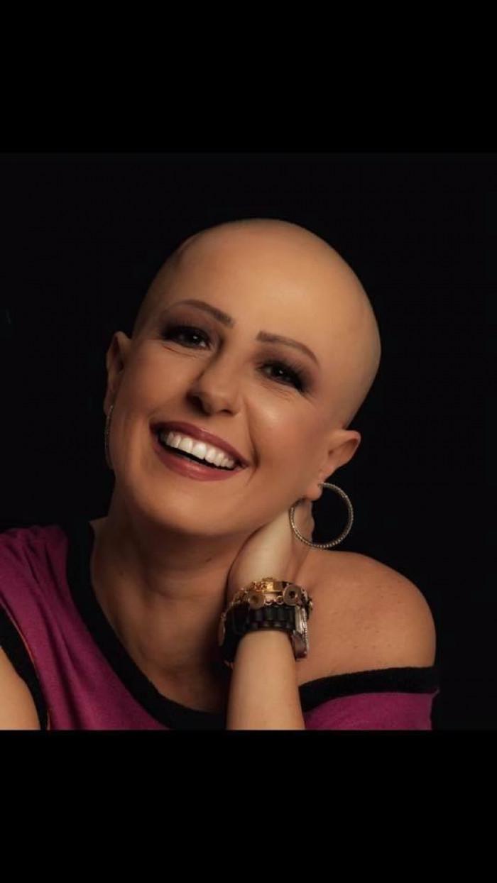 مذيعة مصرية تعلن إصابتها بالسرطان وتنشر صورها بدون شعر