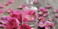 يعالج مشاكل البشرة.. فوائد ماء الورد