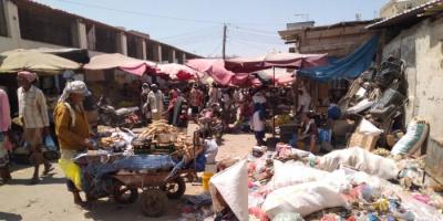 تكدس القمامة يُحاصر سوق الأسماك بزنجبار