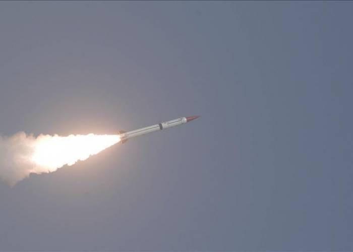 مليشيا الحوثي تطلق صاروخًا من وسط أحياء صنعاء