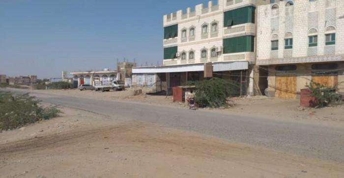 الحوثيون يقصفون شمال حيس بالمدفعية الثقيلة