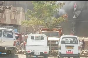 عصابة إخوانية تحرق بيتًا بعد نهبه بتعز