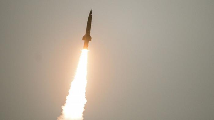 مليشيا الحوثي تُطلق صاروخًا باليستيًا من أحياء صنعاء
