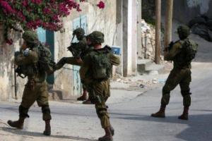 الاحتلال الإسرائيلي يداهم منزل شاب فلسطيني وتعتقله