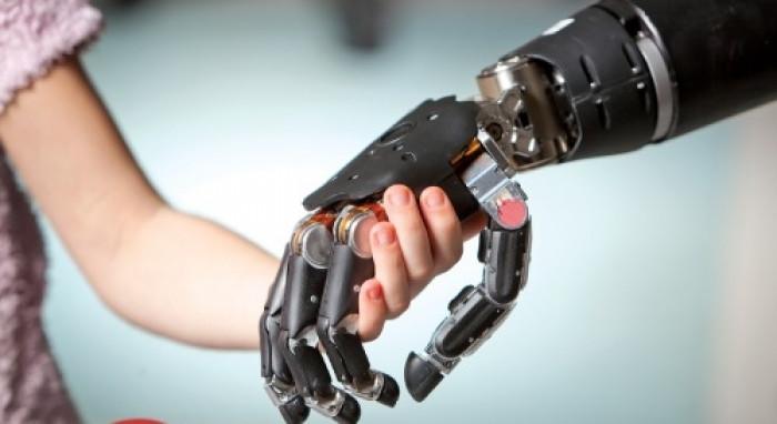اختراع يد بشرية صناعية تشبه الطبيعية خلال دقائق