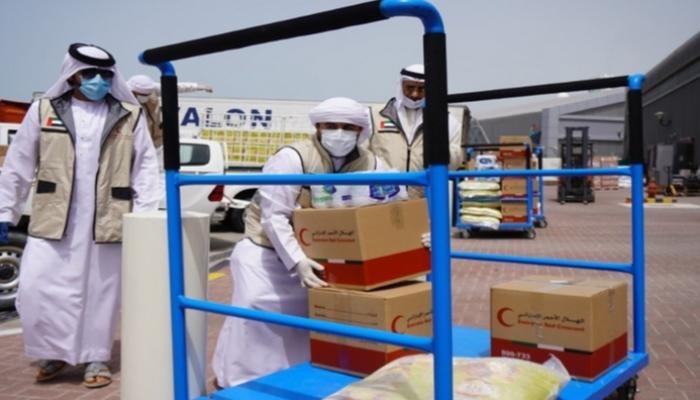 بتوجيهات بن زايد.. الهلال الأحمر الإماراتي يوزع 200 طن تمور رمضانية بعدة دول