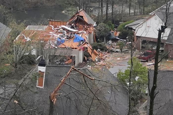 إعصار عنيف يقتل 5 أشخاص ويدمر أحياءً بألاباما