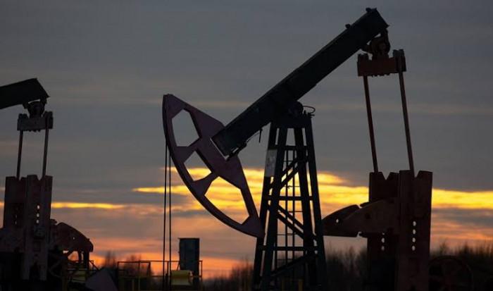 النفط يحيد عن التوقعات وينخفض 0.6 %