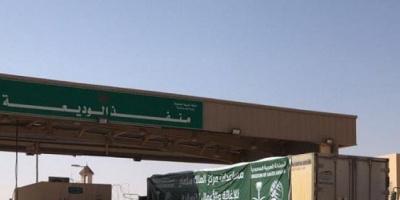 """12 شاحنة إغاثية تعبر """"الوديعة"""" إلى عدن وشبوة"""