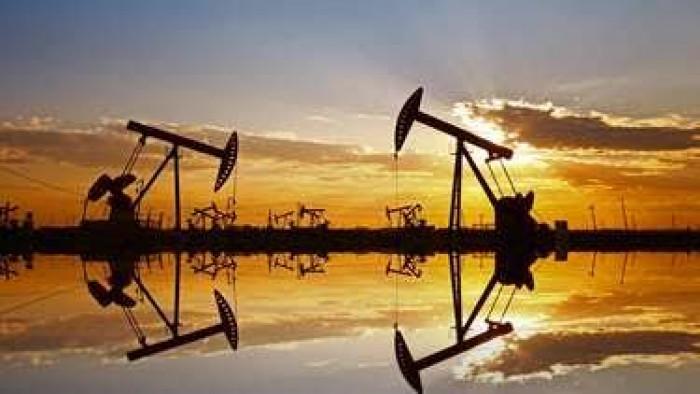 """النفط يرتفع.. """"برنت"""" عند 64.5 دولارا للبرميل والأمريكي يصعد 1.4%"""