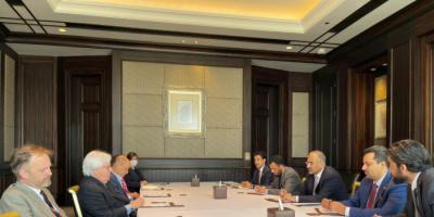 """الزُبيدي يطالب غريفيث بـ""""مبادرة أممية"""" لمعالجة الصراع الجنوبي الشمالي"""