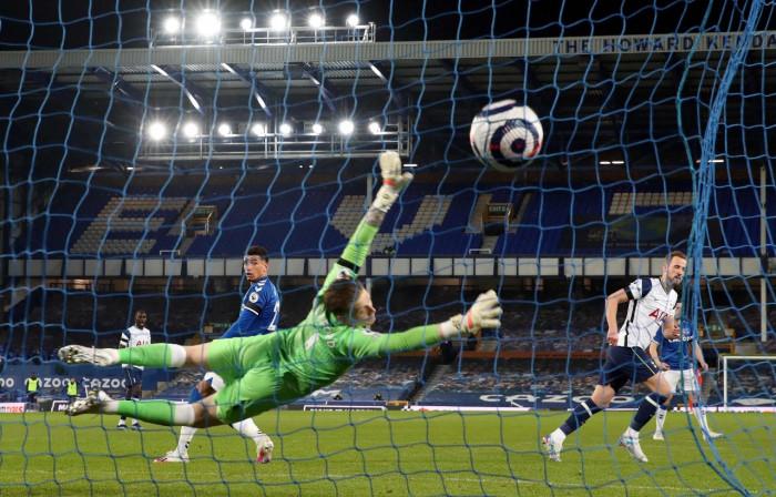كين ينقذ توتنهام من الهزيمة أمام إيفرتون في الدوري الإنجليزي