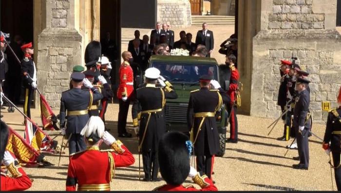 الحرس الملكي البريطاني يلقي التحية لحظة وداع الأمير فيليب (صور)