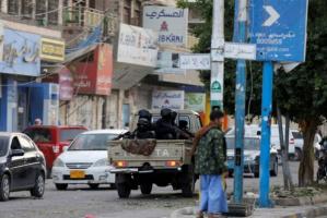 عكاظ: مليشيا الحوثي تلاحق التجار وتفرض الجوع