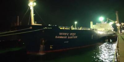 فحص شحنة نفط بميناء عدن لتوزيعها على محطات الكهرباء