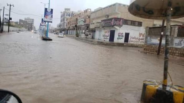 مياه الأمطار تداهم مرافق مستشفى عتق