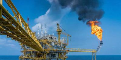 """النفط يواصل نزيف خسائره.. """"برنت"""" يتراجع 1.8% والأمريكي يهبط 2%"""