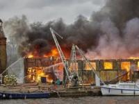 حريق ضخم بأحد القوارب بالقرب من نهر التايمز ببريطانيا