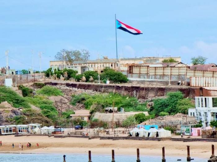 بمراسيم عسكرية.. الانتقالي يعيد رفع علم الجنوب بالقصر المدور (صور)
