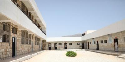 """لخدمة 450 طالبًا.. """"الإنمائي"""" يطور مرافق مدرسية بالمهرة"""