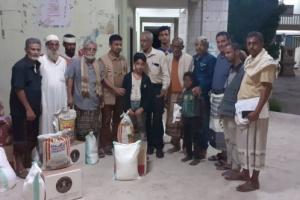 """""""انتقالي الشيخ عثمان"""" يمنح سلال غذائية لذوي الشهداء"""