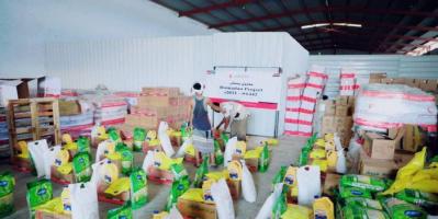 توزيع مئات السلال الغذائية الإماراتية بحضرموت وشبوة