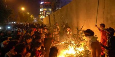 متظاهرون عراقيون يحاصرون القنصلية الإيرانية بكربلاء