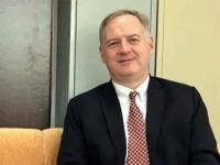 السفير الأمريكي: تهريب الأسلحة للحوثيين يطيل الصراع