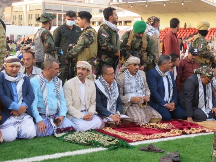 الرئيس الزُبيدي يؤدي صلاة العيد في كريتر