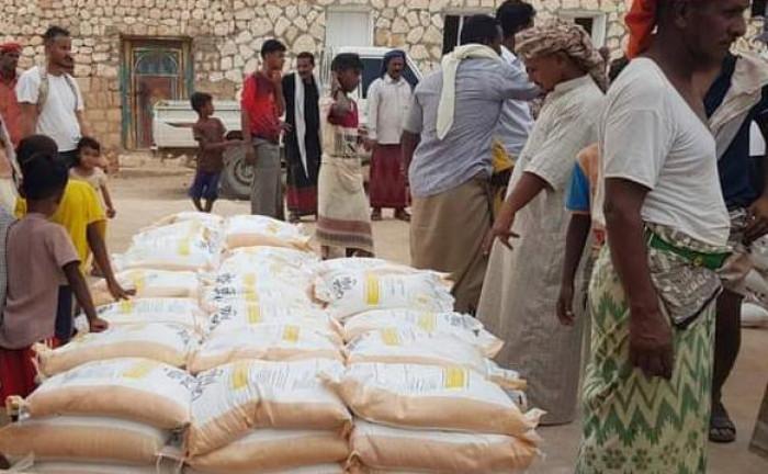 مساعدات غذائية إماراتية لـ 6 أحياء سكنية غرب سقطرى