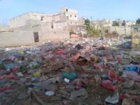 الشرعية تحاصر أبين بتلال من القمامة والنفايات