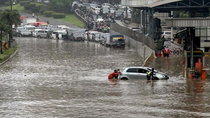 فيضانات تجتاح روما وتغرق شوارعها