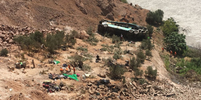 بيرو.. مصرع 17شخصًا في سقوط حافلة بوادٍ جبلي