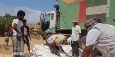 توزيع مساعدات غذائية إماراتية على سكان قبهاتن في سقطرى