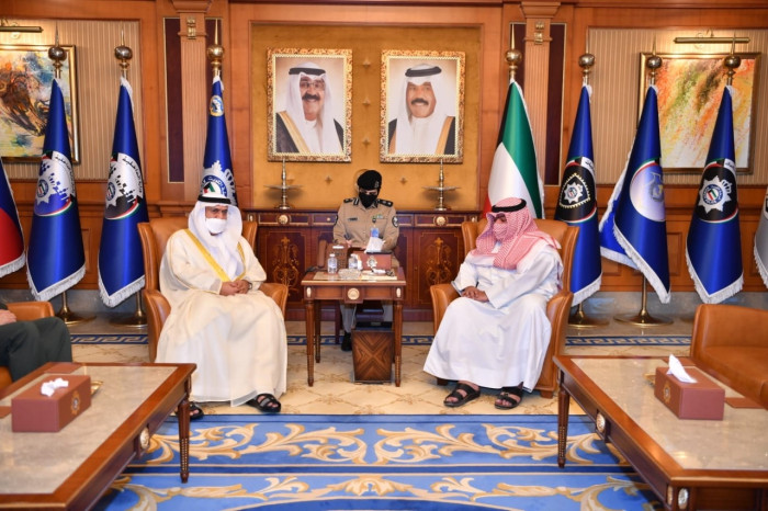 وزير الداخلية الكويتي يستقبل السفير الإماراتي لدى بلاده