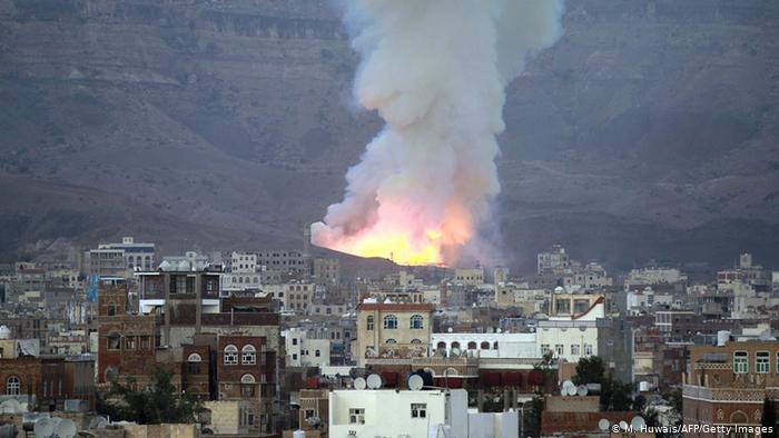 """انفجارات صنعاء العنيفة.. هل فجرت عناصر حوثية """"معسكراتها""""؟"""