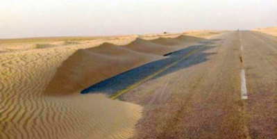 زحف الكثبان الرملية يغلق الطرق في مديرية رضوم