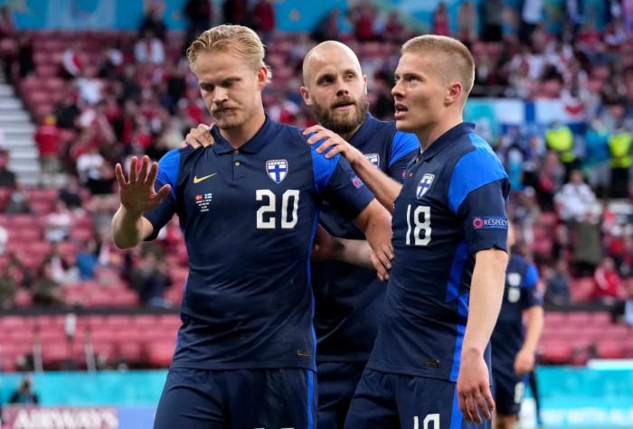 بعد صدمة إريكسن .. فنلندا تحقق فوزا تاريخيا على الدنمارك