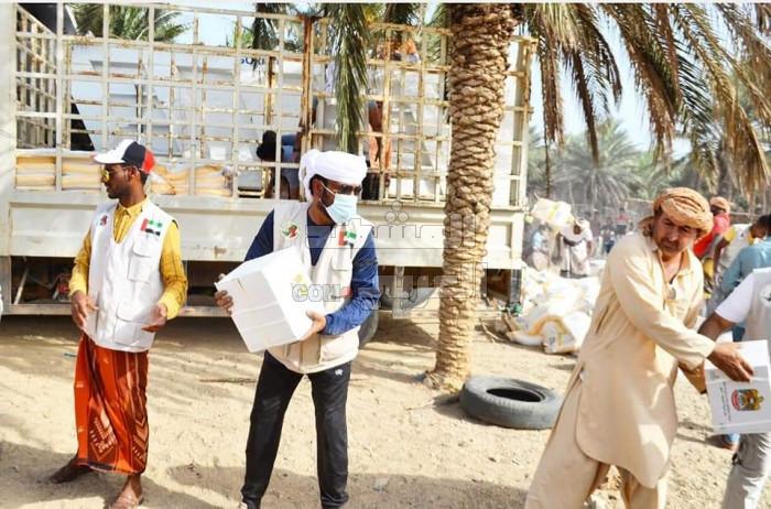 توزيع مواد إغاثية إماراتية على سكان حديبو