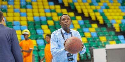 رئيس الاتحاد الدولي لكرة السلة يتنحى مؤقتا عن منصبه