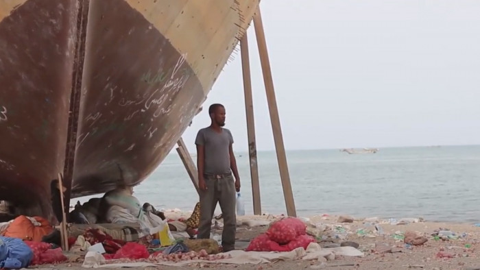 تطورات حادثة غرق مركب المهاجرين في رأس العارة.. لا ناجين ومخاوف من كارثة بيئية