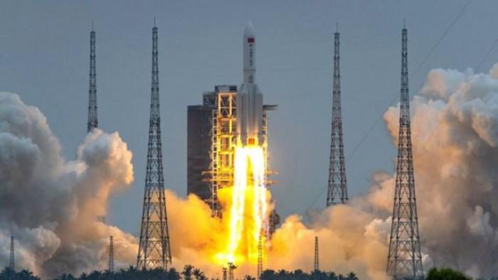 الصين تطلق صاروخًا في أول مهمة مأهولة للفضاء