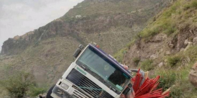 انقلاب شاحنة يُغلق أحد الطرق الحيوية في إب