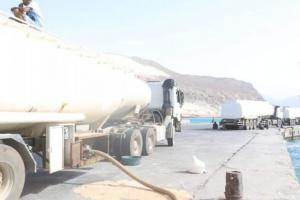 لتغطية الاحتياجات.. بدء ضخ كميات من النفط الإماراتي بسقطرى
