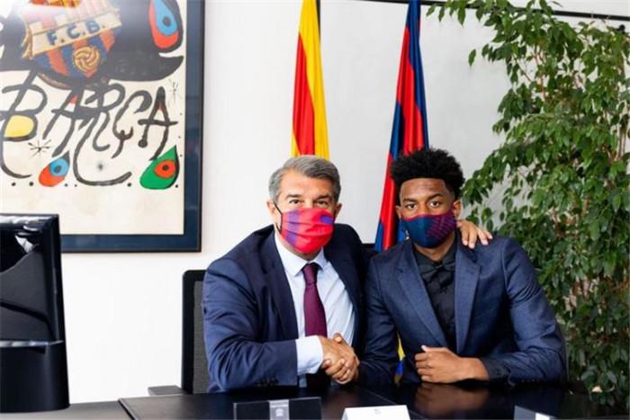 برشلونة يجدد عقد مدافعه