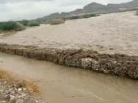 أهالي الدرجاج يحمون قريتهم من السيول بالحجارة (صور)