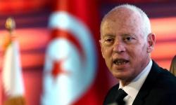الرئيس التونسي يجمد البرلمان ويقيل الحكومة ويتولى السلطة