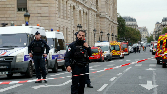 فرنسا.. غلق شارع بباريس بعد اصطدام سيارة بمقهى